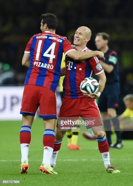 FUSSBALL DFB Borussia Dortmund FC Bayern Muenchen Bayern Muenchen Arjen Robben umarmt von Claudio Pizarro