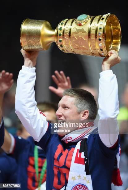 FUSSBALL DFB Borussia Dortmund FC Bayern Muenchen Bayern Muenchen Bastian Schweinsteiger mit Pokal