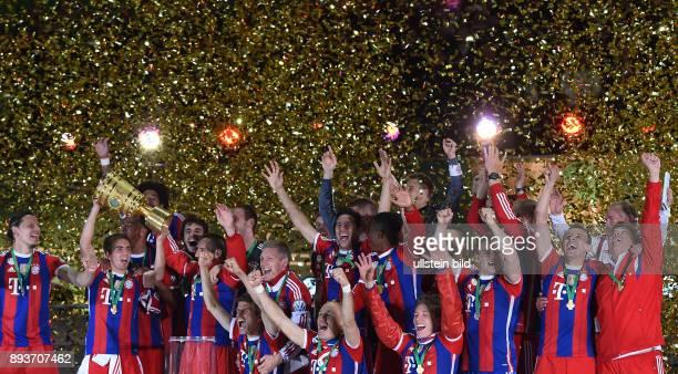 FUSSBALL DFB Borussia Dortmund FC Bayern Muenchen Bayern Muenchen Daniel van Buyten Philipp Lahm mit Pokal Javi Martinez Franck Ribery Thomas Mueller...
