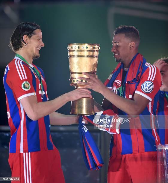FUSSBALL DFB Borussia Dortmund FC Bayern Muenchen Bayern Muenchen Daniel van Buyten und Jerome Boateng mit Pokal