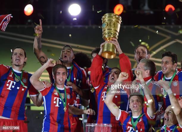 FUSSBALL DFB Borussia Dortmund FC Bayern Muenchen Bayern Muenchen Daniel van Buyten Philipp Lahm Jerome Boateng Franck Ribery mit Pokal Thomas...