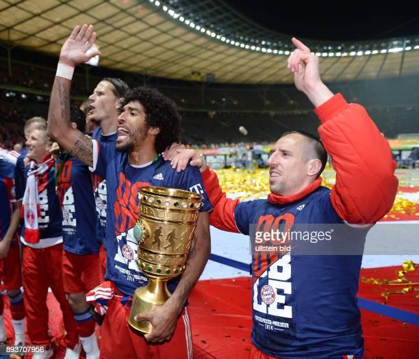 FUSSBALL DFB Borussia Dortmund FC Bayern Muenchen Bayern Muenchen Dante mit Pokal und Franck Ribery