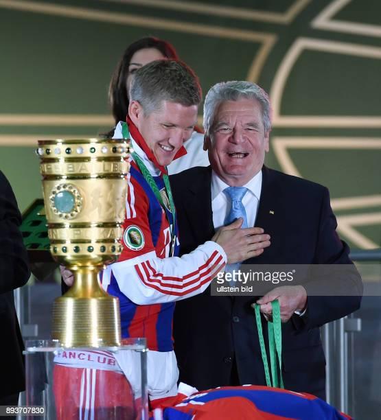 FUSSBALL DFB Borussia Dortmund FC Bayern Muenchen Bayern Muenchen Bundespraeseident Joachim Gauck gratuliert Bastian Schweinsteiger mit Pokal