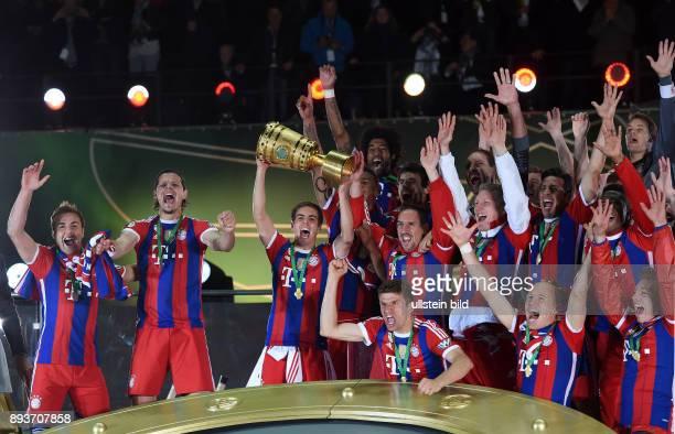 FUSSBALL DFB Borussia Dortmund FC Bayern Muenchen Bayern Muenchen Mario Goetze Daniel van Buyten Philipp Lahm mit Pokal Thomas Mueller Franck Ribery...