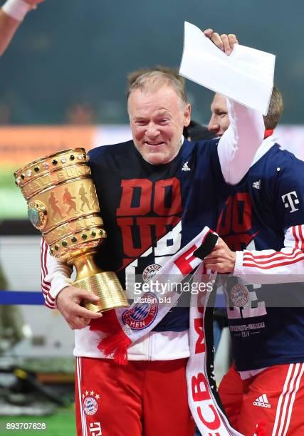 FUSSBALL DFB Borussia Dortmund FC Bayern Muenchen Bayern Muenchen CoTrainer Hermann Gerland mit Pokal