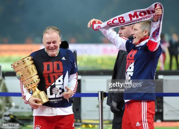 FUSSBALL DFB Borussia Dortmund FC Bayern Muenchen Bayern Muenchen CoTrainer Hermann Gerland mit Pokal feiert mit Bastian Schweinsteiger mit Fanschal