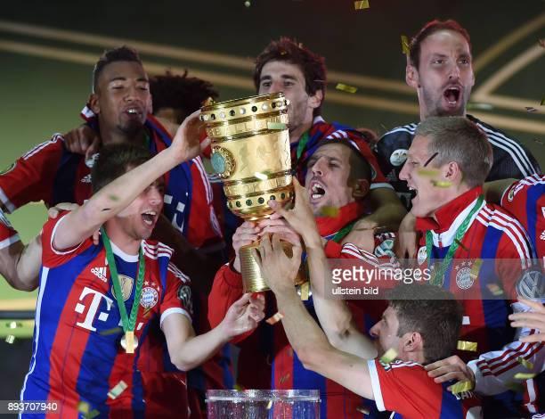 FUSSBALL DFB Borussia Dortmund FC Bayern Muenchen Bayern Muenchen Philipp Lahm Franck Ribery mit Pokal Thomas Mueller Bastian Schweinsteiger Jerome...