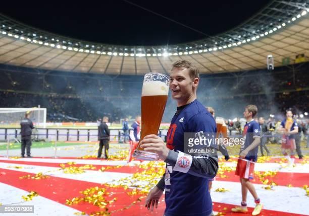 FUSSBALL DFB Borussia Dortmund FC Bayern Muenchen Bayern Muenchen Torwart Manuel Neuer mit Weissbier