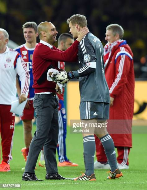 FUSSBALL DFB Borussia Dortmund FC Bayern Muenchen Bayern Muenchen Trainer Pep Guardiola umarmt Torwart Manuel Neuer