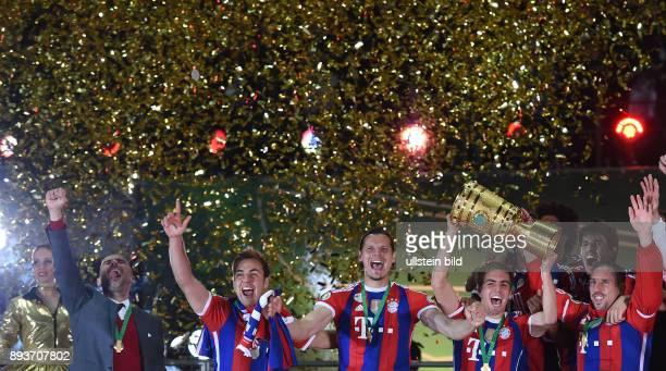 FUSSBALL DFB Borussia Dortmund FC Bayern Muenchen Bayern Muenchen Trainer Pep Guardiola Mario Goetze Daniel van Buyten Philipp Lahm mit Pokal und...