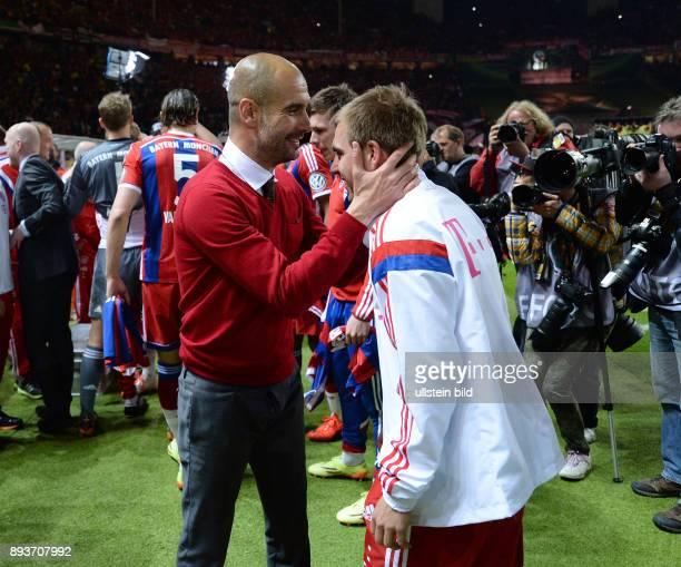 FUSSBALL DFB Borussia Dortmund FC Bayern Muenchen Bayern Muenchen Trainer Pep Guardiola umarmt Philipp Lahm