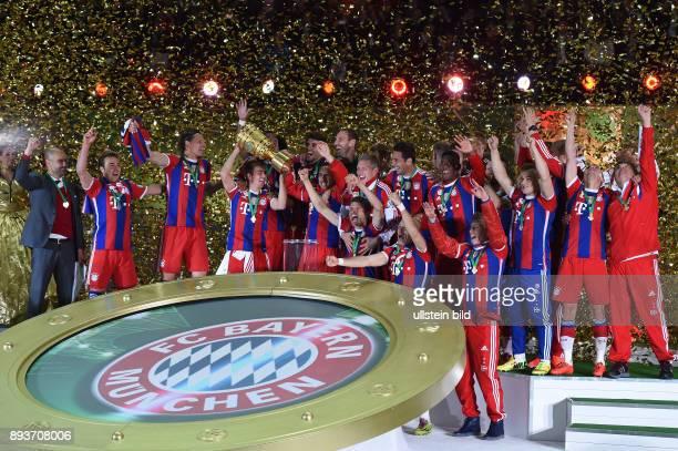 FUSSBALL DFB Borussia Dortmund FC Bayern Muenchen Bayern Muenchen Trainer Pep Guardiola Mario Goetze Daniel van Buyten Philipp Lahm mit Pokal Javi...