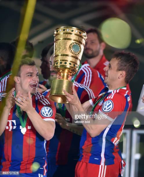 FUSSBALL DFB Borussia Dortmund FC Bayern Muenchen Bayern Muenchen Xherdan Shaqiri und Rafinha mit Pokal