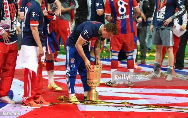 FUSSBALL DFB Borussia Dortmund FC Bayern Muenchen Bayern Muenchen Xherdan Shaqiri mit Pokal