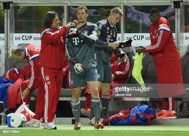 FUSSBALL DFB Borussia Dortmund FC Bayern Muenchen Mannschaftsarzt HansWilhelm MuellerWohlfahrt behandelt Torwart Manuel Neuer