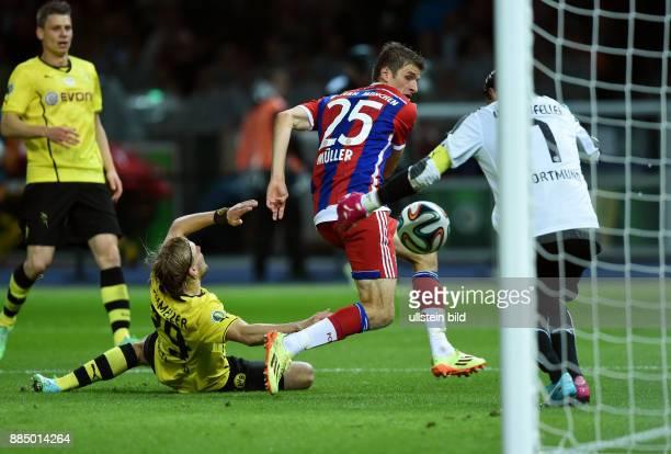 FUSSBALL DFB Borussia Dortmund FC Bayern Muenchen Marcel Schmelzer und Torwart Roman Weidenfeller sichern Ball und Tor vor Thomas Mueller