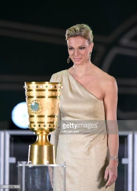 FUSSBALL DFB Borussia Dortmund FC Bayern Muenchen Maria HoeflRiesch traegt den Pott ins Olympia Stadion
