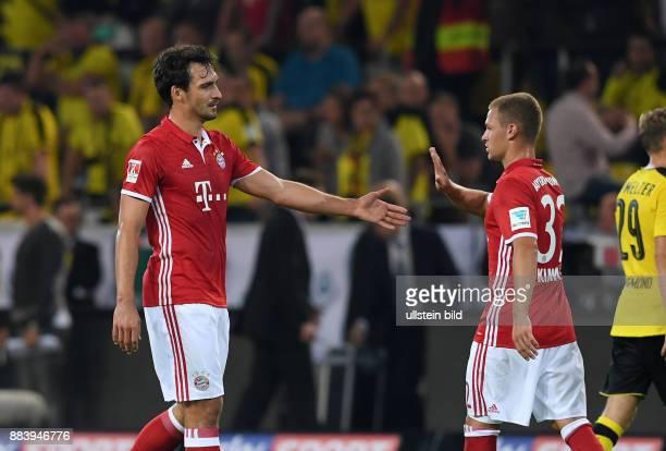 Borussia Dortmund - FC Bayern Muenchen Mats Hummels und Joshua Kimmich klatschen sich nach dem Spiel ab sich nach dem Spiel