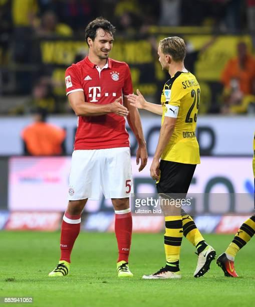 Borussia Dortmund - FC Bayern Muenchen Mats Hummels und Marcel Schmelzer klatschen sich nach dem Spiel ab