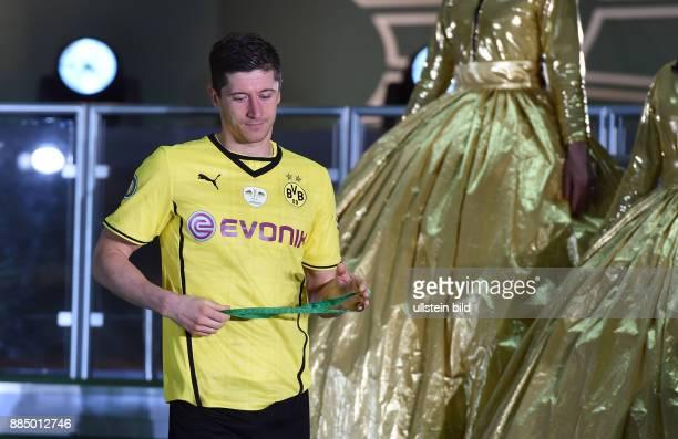 FUSSBALL DFB Borussia Dortmund FC Bayern Muenchen Robert Lewandowski verlaesst nach der Niederlage enttaeuscht das Podium