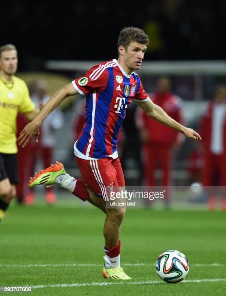FUSSBALL DFB Borussia Dortmund FC Bayern Muenchen Thomas Mueller am Ball