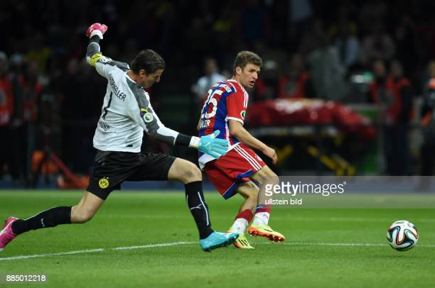 FUSSBALL DFB Borussia Dortmund FC Bayern Muenchen Thomas Mueller erzielt das 02 Torwart Roman Weidenfeller kommt zu spaet