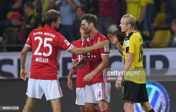 Borussia Dortmund - FC Bayern Muenchen Thomas Mueller und Sebastian Rode klatschen sich nach dem Spiel ab sich nach dem Spiel