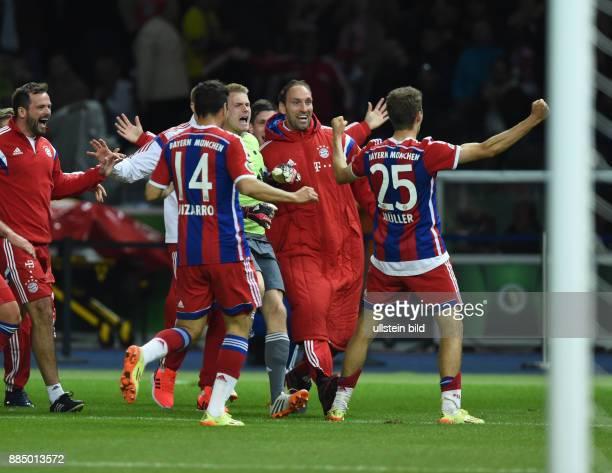 FUSSBALL DFB Borussia Dortmund FC Bayern Muenchen Torjubel um den Torschuetzen Thomas Mueller nach dem 02