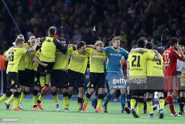 Borussia Dortmund feiert den Pokalsieg 2012 rechts der enttäuschte Mario Gomez DFB Pokal Finale Borussia Dortmund FC Bayern München 52 1252012