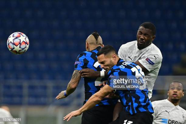 Borussia Moenchengladbach's French forward Marcus Thuram fights for the ball with Inter Milan's Chilean midfielder Arturo Vidal and Inter Milan's...
