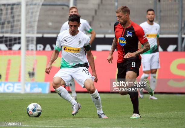 Borussia Moenchengladbach's Lars Stindl fights for the ball with Hertha Berlin's German midfielder Alexander Esswein during drink break in the German...