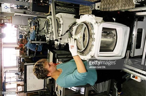 Bosch Waschgerätewerk in Nauen Arbeiterin bei der Montage einer Waschmaschine 7101996