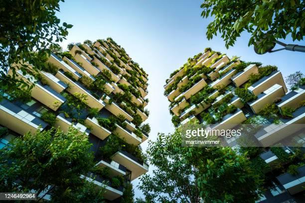 bosco vertical tree houses a milano italia - questioni ambientali foto e immagini stock