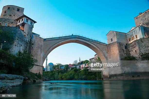 bosnia and herzegovina, mostar, stari most, old bridge and neretva river - ponte ad arco foto e immagini stock
