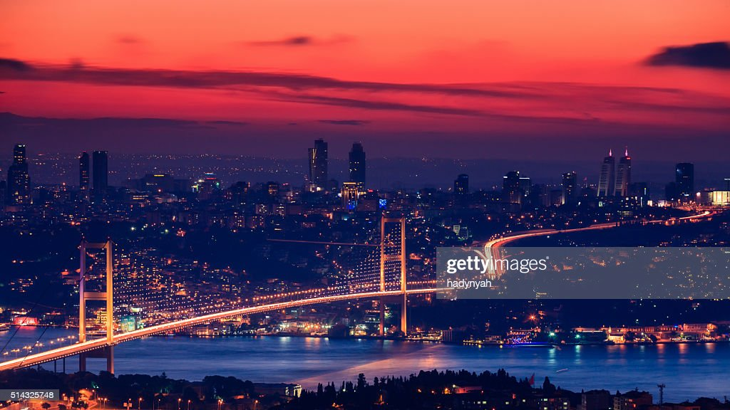 Puente del Bósforo durante la puesta del sol, Istanbul : Foto de stock
