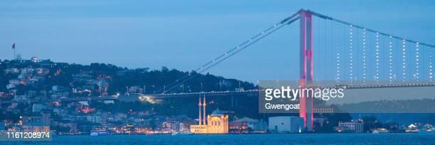 bosporusbrug in istanbul in de schemering - gwengoat stockfoto's en -beelden