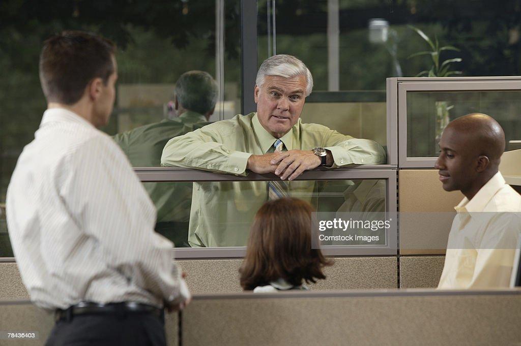 Boss talking to employees : Stockfoto