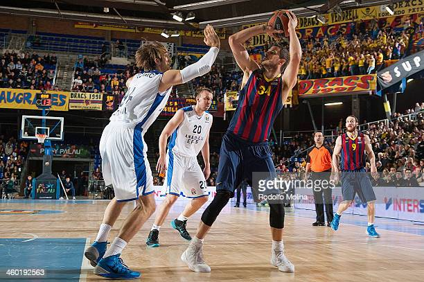 Bostjan Nachbar #34 of FC Barcelona competes with Zoran Planinic #34 of Anadolu Efes Istanbul during the 20132014 Turkish Airlines Euroleague Top 16...