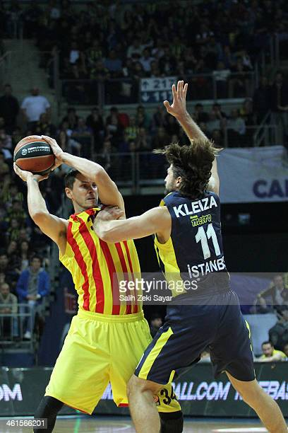 Bostjan Nachbar of FC Barcelona competes with Linas Kleiza of Fenerbahce Ulker during the 20132014 Turkish Airlines Euroleague Top 16 Date 2 game...