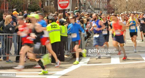 Boston Marathon Läufer 2013 @Meile 26 mit Boston Polizei