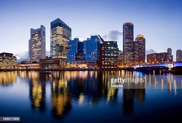 boston city skyline illuminated at night usa - boston massachusetts stockfoto's en -beelden
