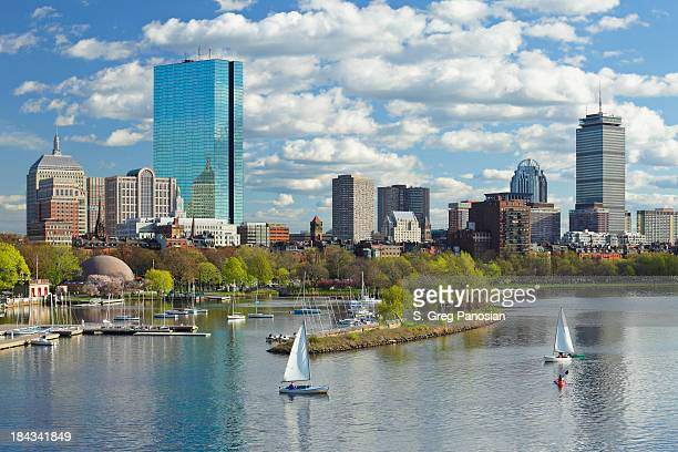 Boston, Massachusetts, USA-skyline und die Back Bay mit Segelbooten