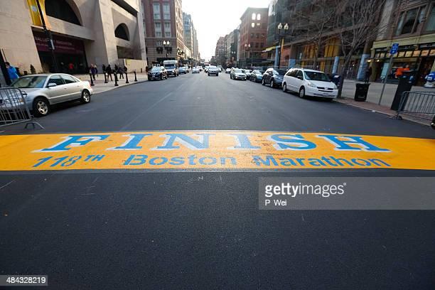 maratón de boston 118th finish line boylston street 2014 - boston marathon bombing fotografías e imágenes de stock