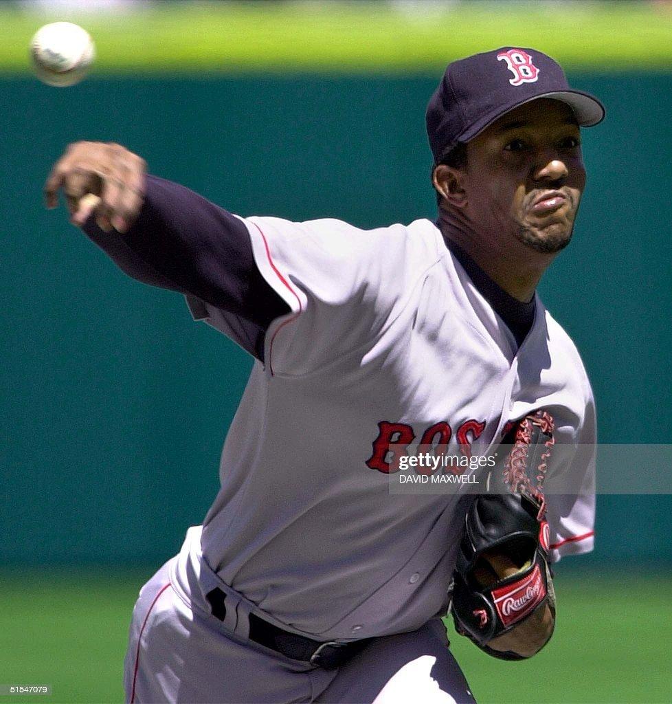 Boston Red Sox pitcher Pedro Martinez delivers a p : News Photo