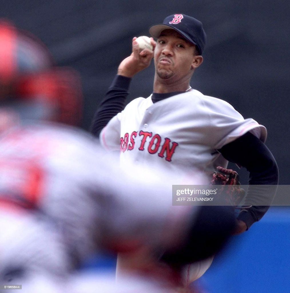 Boston Red Sox pitcher Pedro Martinez (R) throws t : News Photo