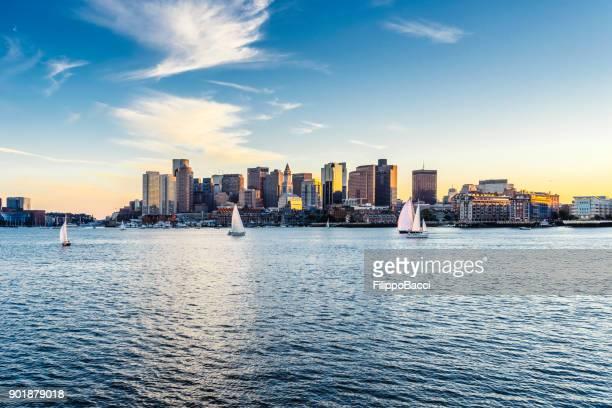 die boston skyline bei sonnenuntergang - boston stock-fotos und bilder