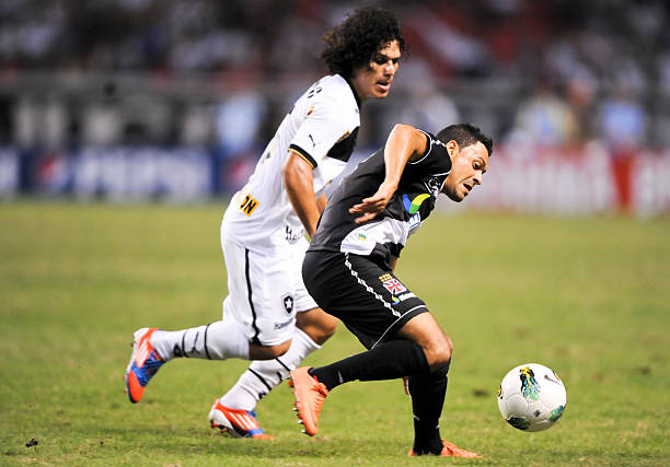 Botafogo s Andrezinho (L) fights for the Pictures  b473ab1167f70