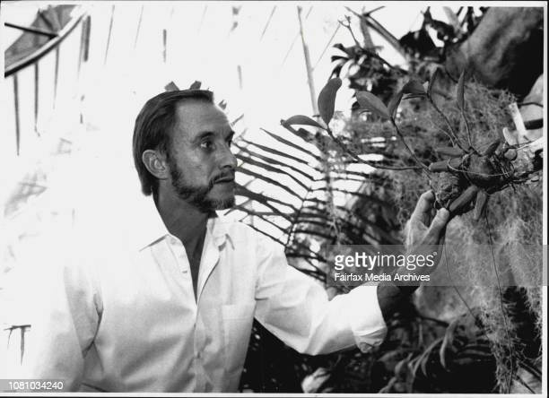 Botanical GardensDr Ben Wallace Horticulturalist Botanist with the ant Plant in the new Glass house September 16 1990