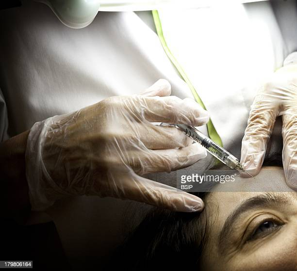 Botox Treatment Woman Center for esthetic medicine Paris Injecting botulinum toxin to fill in forehead wrinkles