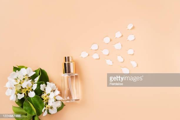bottle and flowers - profumo foto e immagini stock
